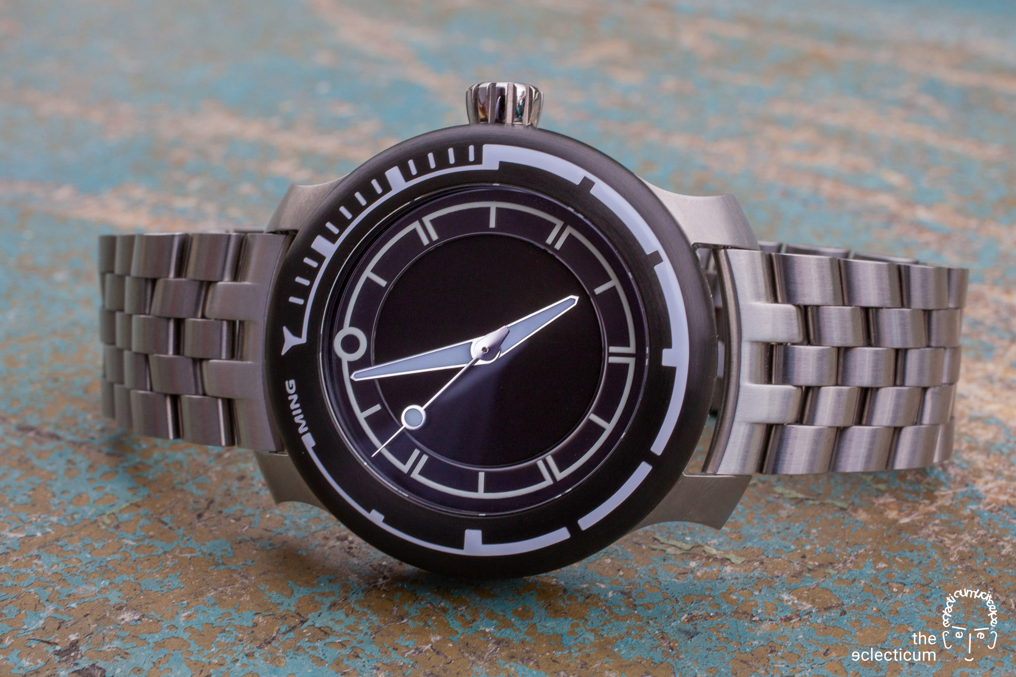 Hands-on: a comprehensive collector´s view on the MING 18.01 H41 and its (universal) bracelet. The latest diver watch to the MING family, a novelty from 2020.